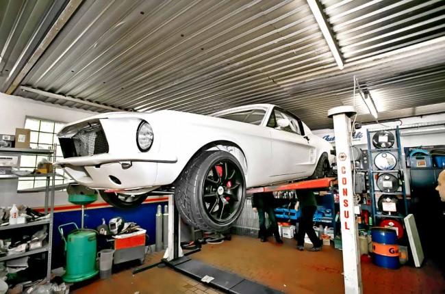 Ein Blick auf die Unterseite, als der Mustang noch nicht fertig war: Selbst die Leitungen sind so symmetrisch verlegt wie möglich, weil das Gehirn Symmetrie als Qualitätsmerkmal ansieht