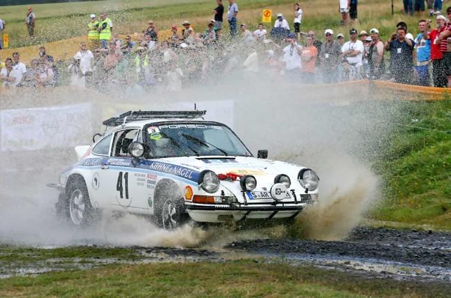 Künstliche Wasser-Durchfahrt: Waldegaard und Porsche nehmen es stoisch hin