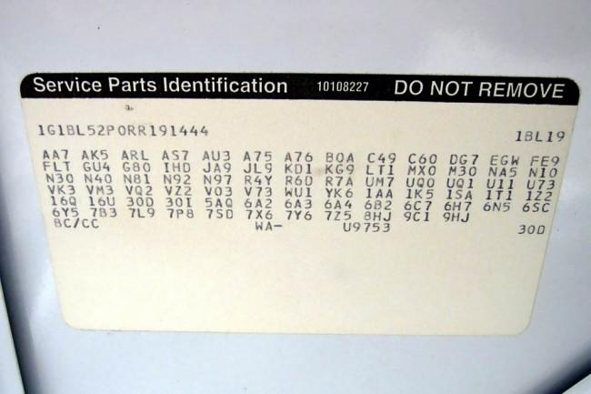 Die moderne Version des klassischen Fendertags: Service Parts ID Label im Caprice-Kofferaum