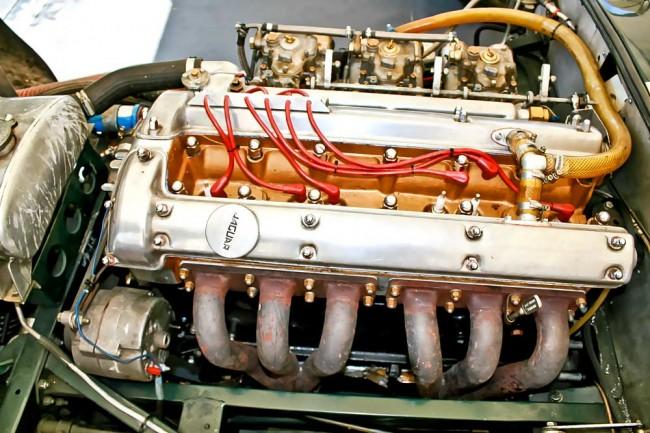 Noch ist Hoffnung angesagt (oben): Der Meilenwek-Jaguar bei der Vorbereitung zur Qualifikation. Kurz danach hat der Motor (links unten) im Block ein hässliches Loch...