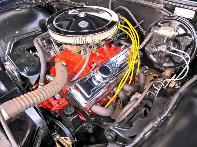 Das Typenschild im Motorraum stimmt nur teilweise. GM-Farbcode und Motor- Getriebe-Kennung sind nach dem Neuaufbau nicht mehr korrekt. Der 350er Smallblock ist nicht der Originalmotor 327cui, statt der Powerglide gibt es eine TH 350 3-Gang-Automatik und die Farbe kommt aus dem Daimler-Regal