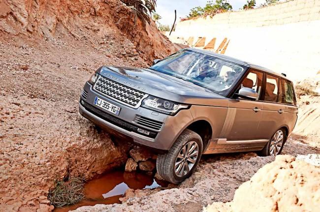 Was hier aussieht wie die Grenze des Machbaren für den neuen Range Rover ist nur extremes Verschränken der Achsen – dieser RR konnte schrammen- und problemlos weiterfahren