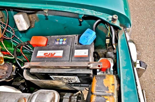 Kritisch ist auch der Bereich um die Batterieaufnahme herum. Man nimmt sie zur Prüfung lieber heraus