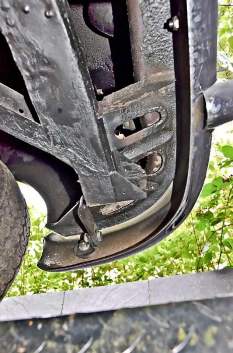 Die seitlichen Ausläufer des vorderen Querträgers sind komplex gestaltet und werden nach Unfällen oft nicht perfekt gerichtet
