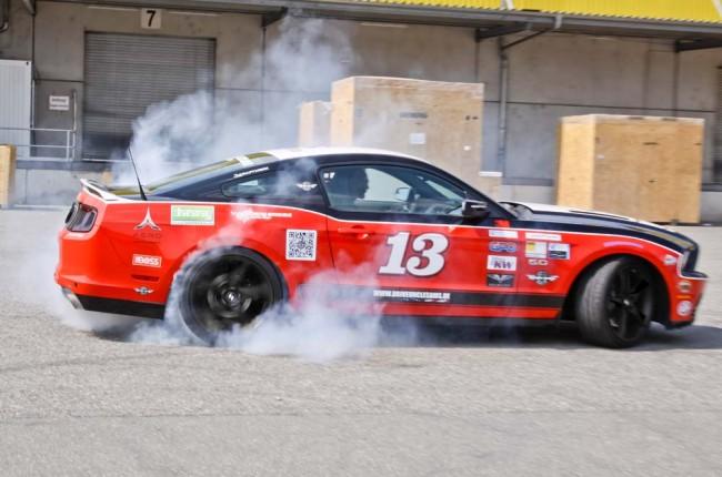 Klare Ansage. Herausgeber Marco Wendlandt und der nagelneue Mustang GT 5.0 im Parnelli Jones Look. Leise geht anders…